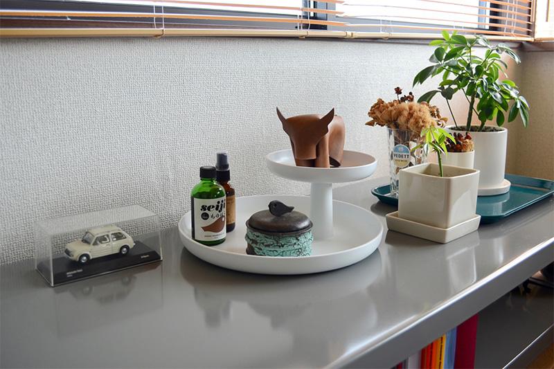 好きな物を横一列じゃなく高さを使って飾れるのがロータリートレイのメリット。