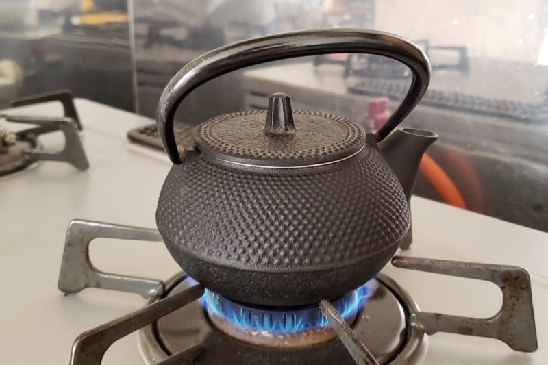 鉄瓶で直火で湯を沸かす