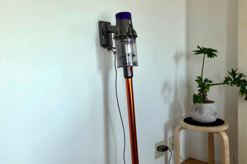 壁に立て掛けて充電