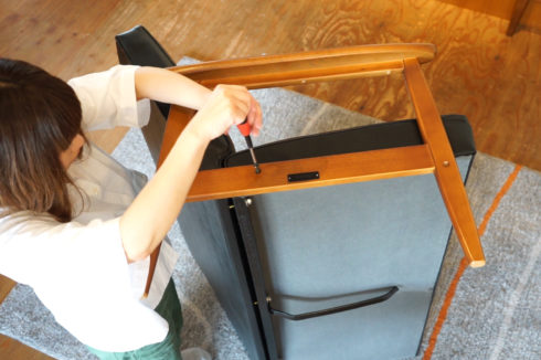 女性でも簡単に組立られるソファ カリモク60 Kチェア 2シーターを実際に組立みました