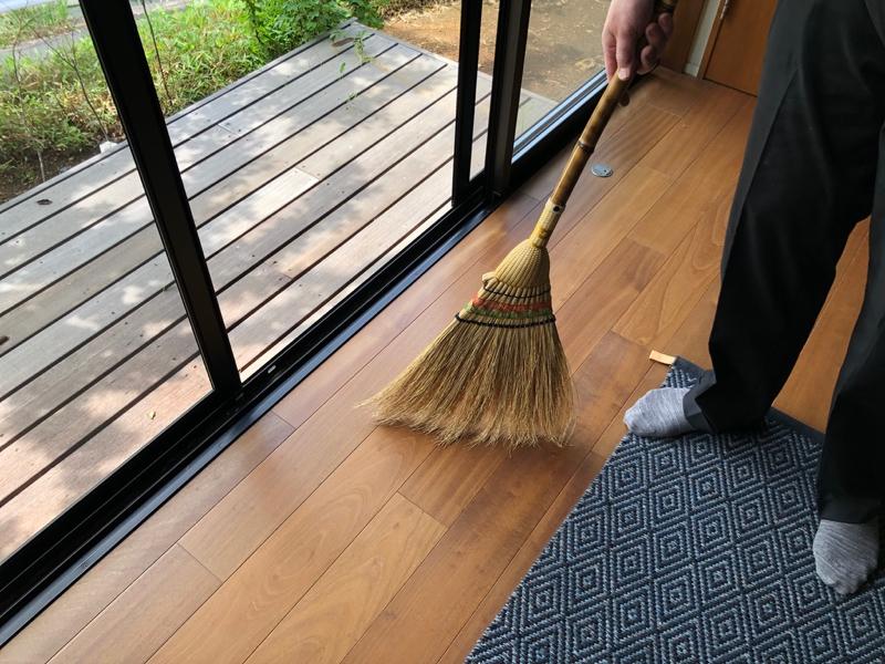 早朝の掃き掃除
