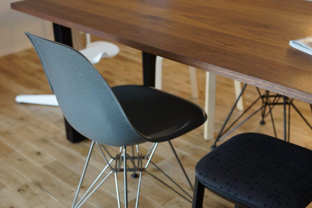 ウォールナットのテーブルにエレファントハイドグレー