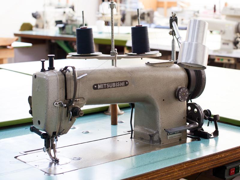 国内工場にて手作業でソファは作られています