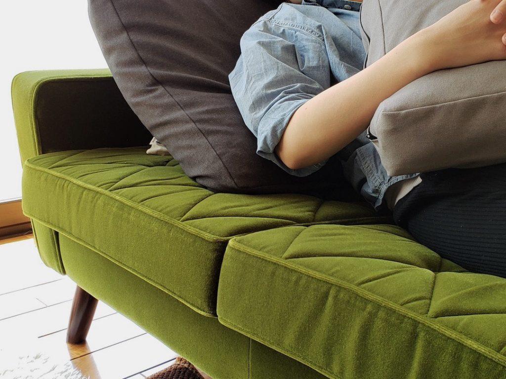 肘掛に挟んで枕は鉄板の使い方