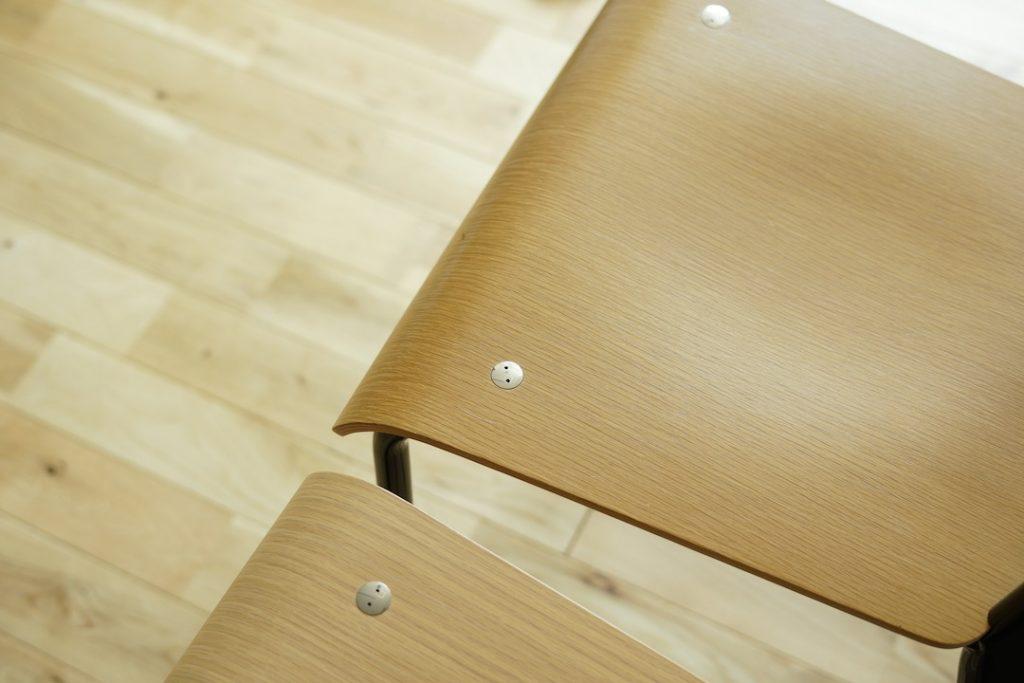 太ももが触れる座面の隆起部分には艶が
