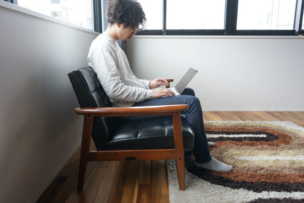 カリモク60Kチェアに座って膝の上にPCを置いて作業