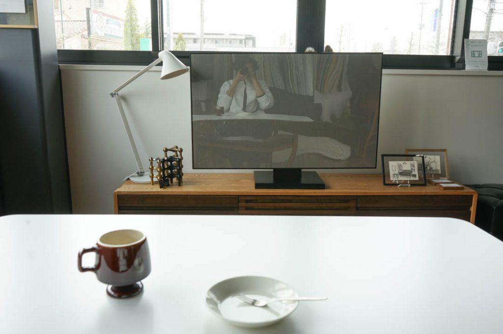 カフェテーブルごしのテレビ