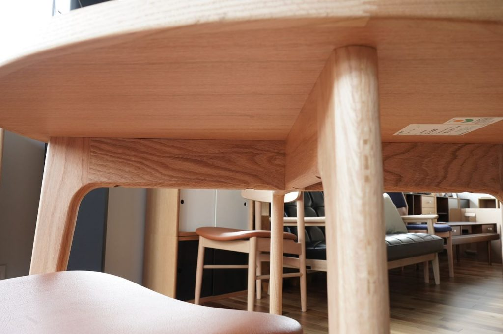 オークフレームラウンドテーブルの天板下